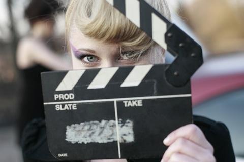 Mädchen mit Filmklappe (c) Shutterstock